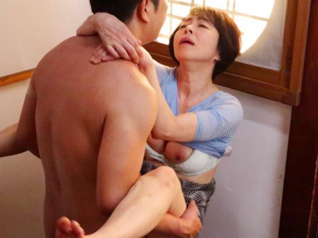 [藍川京子]六十路とは思えない美熟女母が息子に夜這いハメ撮りされ近親相姦ながら悶絶昇天しちゃう!
