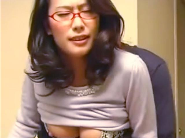[柳田やよい]『先生、ダメよっ!娘に見られちゃう...』四十路熟女の美人お受験ママにムラムラしちゃった家庭教師が大暴走!