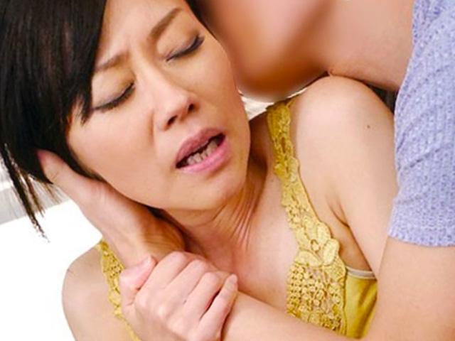 [熟女中出し]五十路の美人痴母が息子と近親相姦ハメで悶絶絶頂のイキまくり!