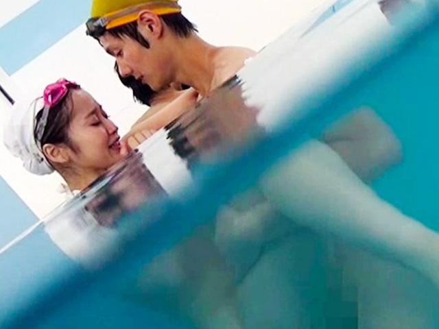 [近親相姦]プールの中で生ハメして中出ししちゃった変態親子が一部始終を盗撮されて...