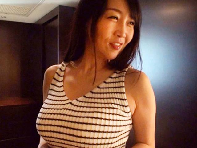 [熟女 四十路]デカ乳人妻と不倫ハメ撮りセックスで悶絶絶頂アクメ!ヤリたがりの奥さんにたっぷり注入!
