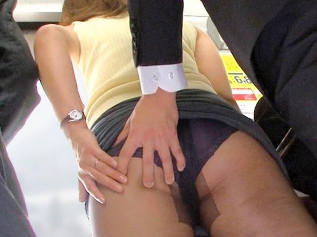 [桐谷椎菜]五十路のおばさんが電車で痴漢され逃れられずに襲われちゃう!若い肉棒に発情した奥さん悶絶!