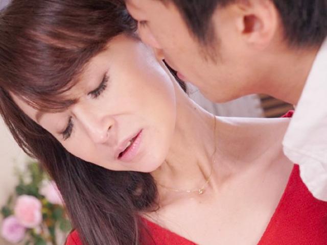 [香澄麗子]四十路の美人セレブ妻が夫との性生活の不満を若い男で解消しちゃう!不倫SEXで悶えイキまくる!