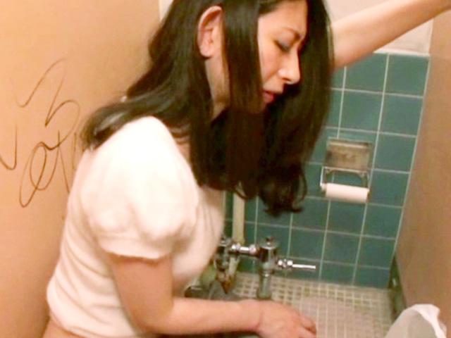 [長谷川美紅]トイレ覗いたらめちゃくちゃ美人な奥さんがペーパー懇願!ご褒美に内緒でSEXしちゃう