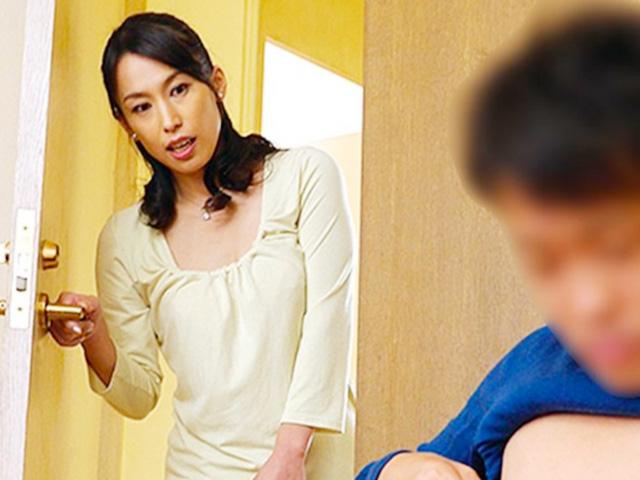 [人妻熟女]四十路の美人母が息子のチンポに興奮して発情!家族に内緒でイケナイ近親相姦で絶頂しちゃう!