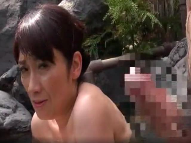 [五十路熟女]ひとり旅の入浴中に知らない男の勃起ちんぽに発情..誰も見てない..舐め始めちゃう...
