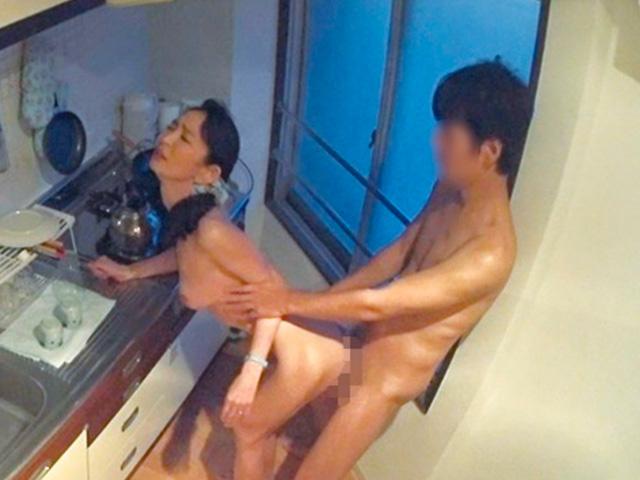 [人妻ナンパ]若い男にナンパされ自宅についていっちゃうスケベ熟女との不倫SEXを盗撮されていた!